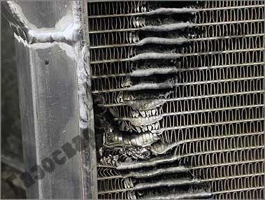 Одно из мест ремонта вблизи – видны вырванные трубки и места заварки отверстий в трубках