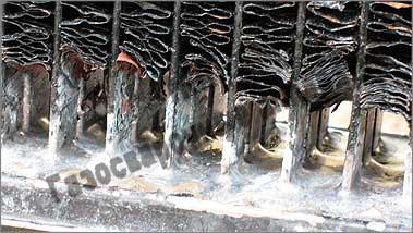 На снимке показаны уже пропаянные корни трубок с близкого расстояния – видны и все три ряда трубок, и слой припоя между ними